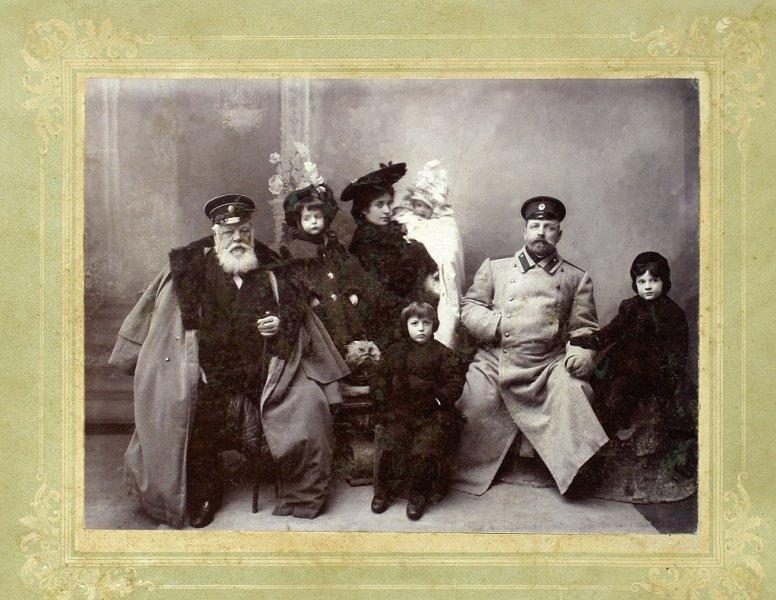 03-george-in-prim-plan-impreuna-cu-fratii-sai-cu-parintii-si-bunicul-matern-lev-osipovici-gavrisov-hotin-1903