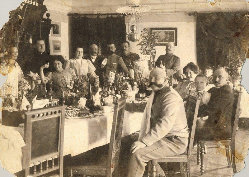 06-mama-a-treia-persoana-din-stanga-si-tatal-artistului-dreapta-in-capul-mesei-impreuna-cu-oaspetii-lor-tarascia-1906