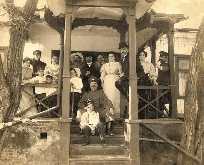 07-sotii-lowendal-cei-patru-copii-ai-lor-george-in-prim-plan-si-oaspetii-familiei-tarascia-1906