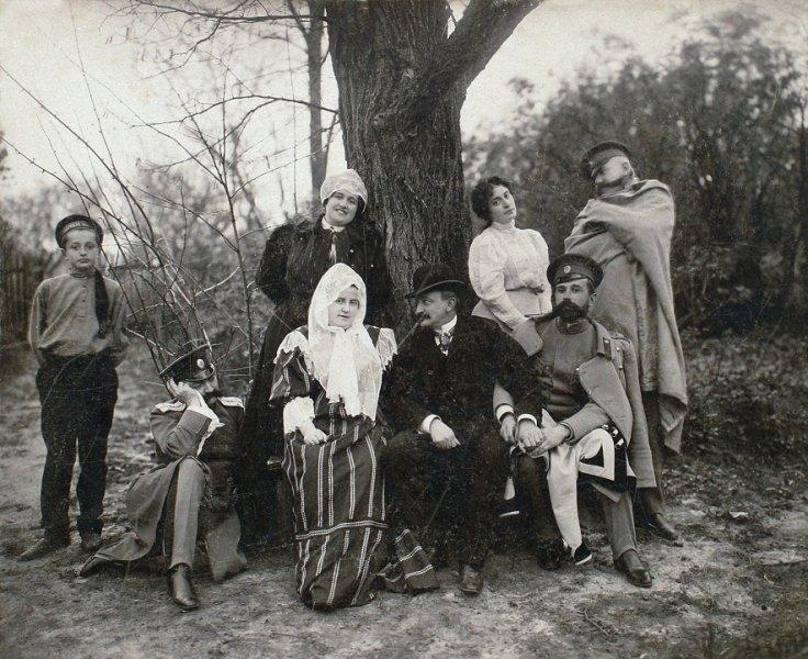 08-liubov-mama-artistului-in-plan-secund-dreapta-si-oaspetii-familiei-tarascia-1905