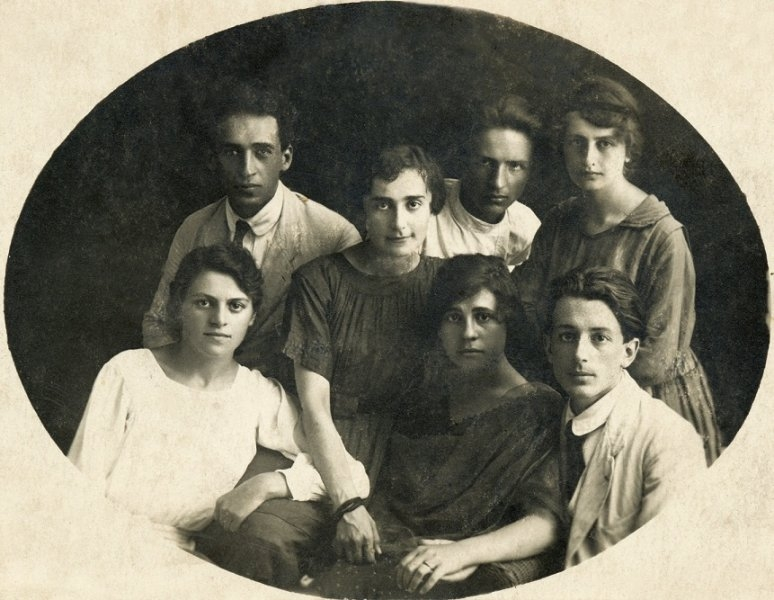 11-george-si-logodnica-sa-ariadna-ambrozieva-prim-plan-dreapta-impreuna-cu-cativa-prieteni-soroca-vara-anului-1919