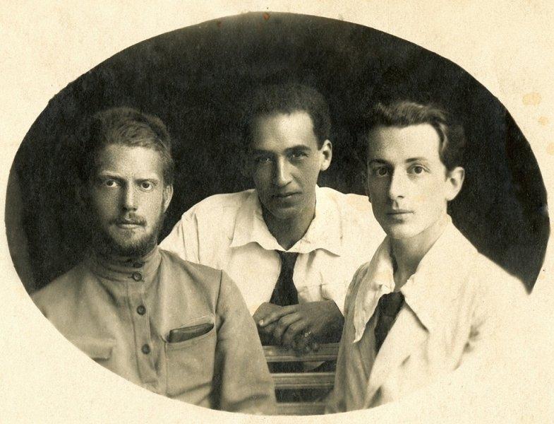 12-george-dreapta-nikolai-fratele-sau-stanga-si-prietenul-lor-misa-konig-soroca-1919