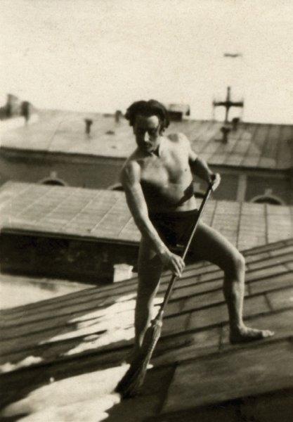 22-george-lowendal-curatand-zapada-de-pe-acoperisul-casei-cernauti-1933