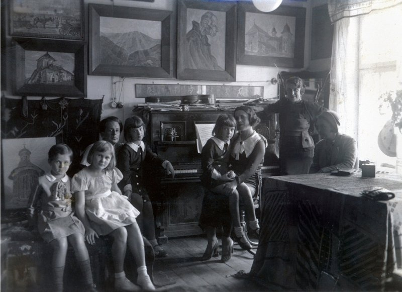 28 George Lowendal cu fiica cea mare, Lydia, si Ariadna Lowendal cu fiica cea mica, Irina. Cernauti, septembrie 1934