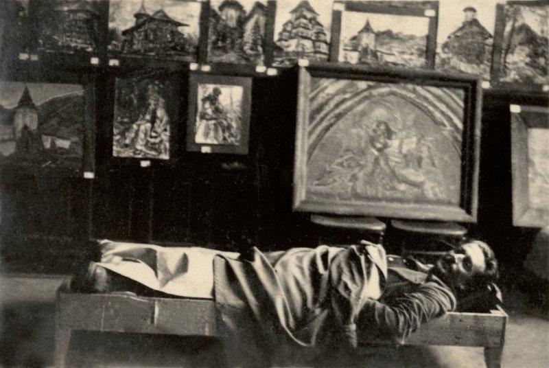 38-pictorul-odihnindu-se-in-sala-de-expozitie-vatra-dornei-1936