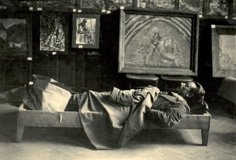 39-pictorul-odihnindu-se-in-sala-de-expozitie-vatra-dornei-1936