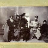 03 George (in prim-plan), impreuna cu fratii sai, cu parintii si bunicul matern, Lev Osipovici Gavrisov. Hotin, 1903