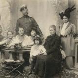 04 Sotii Lowendal, cei patru baieti ai lor (George, al doilea din stanga) si bunica paterna, Aleksandra Vasilievna Orehova-Lowendal. Tarascia (60 km sud de Kiev), 1906