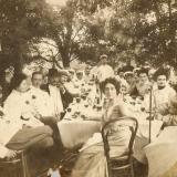 05 Sotii Lowendal (in centru) inconjurati de oaspeti, in gradina casei lor de la Tarascia, 1906