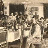 06 Mama (a treia persoana din stanga) si tatal artistului (dreapta, in capul mesei), impreuna cu oaspetii lor. Tarascia, 1906