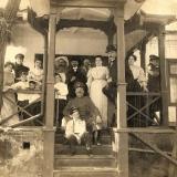 07 Sotii Lowendal, cei patru copii ai lor (George, in prim-plan) si oaspetii familiei. Tarascia, 1906