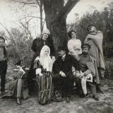 08 Liubov, mama artistului (in plan secund, dreapta), si oaspetii familiei. Tarascia, 1905