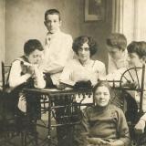 10 George (al doilea din stanga) impreuna cu mama si fratii sai. Soroca, 1914