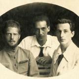 12 George (dreapta), Nikolai, fratele sau (stanga), si prietenul lor, Misa Konig. Soroca, 1919