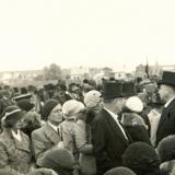 19 George Lowendal si sotia sa, Ariadna (prim-plan, stanga), la aeroportul din Cernauti, cu ocazia vizitei MS Regele Carol al II-lea, 25 mai 1933
