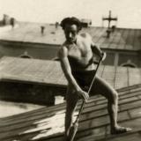 22 George Lowendal curatand zapada de pe acoperisul casei. Cernauti, 1933