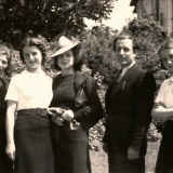 32 Familia Lowendal si menajera lor, Marisca, langa locuinta din Rondul Regina Maria. Bucuresti, mai 1939