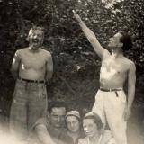 33 George Lowendal (dreapta) impreuna cu un grup de prieteni. Bucuresti, 1935