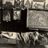 38 Pictorul odihnindu-se in sala de expozitie. Vatra Dornei, 1936