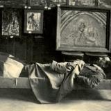 39 Pictorul odihnindu-se in sala de expozitie. Vatra Dornei, 1936