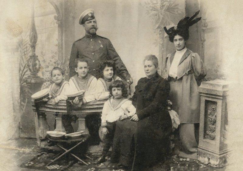 04-sotii-lowendal-cei-patru-baieti-ai-lor-george-al-doilea-din-stanga-si-bunica-paterna-aleksandra-vasilievna-orehova-lowendal-tarascia-60-km-sud-de-kiev-1906