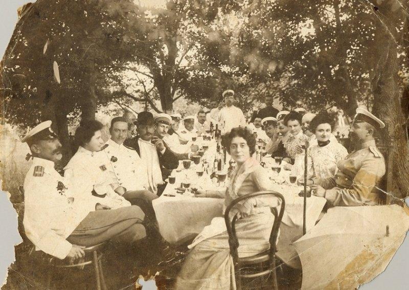 05-sotii-lowendal-in-centru-inconjurati-de-oaspeti-in-gradina-casei-lor-de-la-tarascia-1906