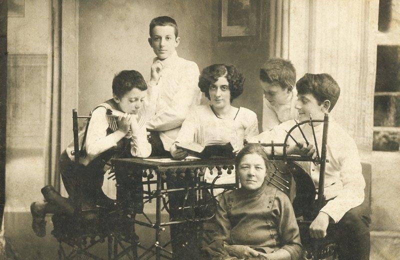 10-george-al-doilea-din-stanga-impreuna-cu-mama-si-fratii-sai-soroca-1914