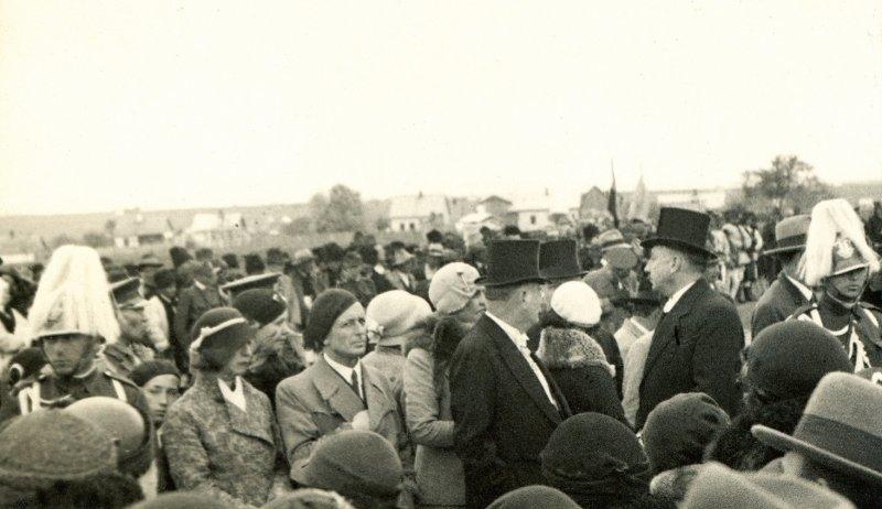 19-george-lowendal-si-sotia-sa-ariadna-prim-plan-stanga-la-aeroportul-din-cernauti-cu-ocazia-vizitei-ms-regele-carol-al-ii-lea-25-mai-1933