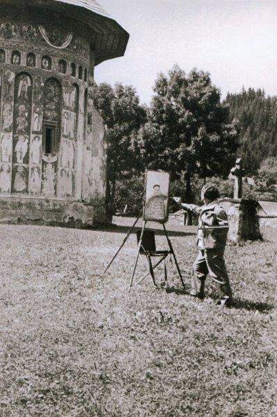 43-pictorul-la-manastirea-voronet-fotografie-facuta-de-regizorul-de-film-documentar-ion-bostan-1963